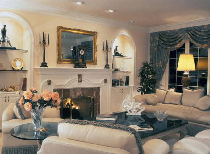Интерьер гостиной с массивной мебелью и камином