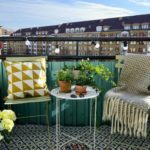Кресла и столик на балконе