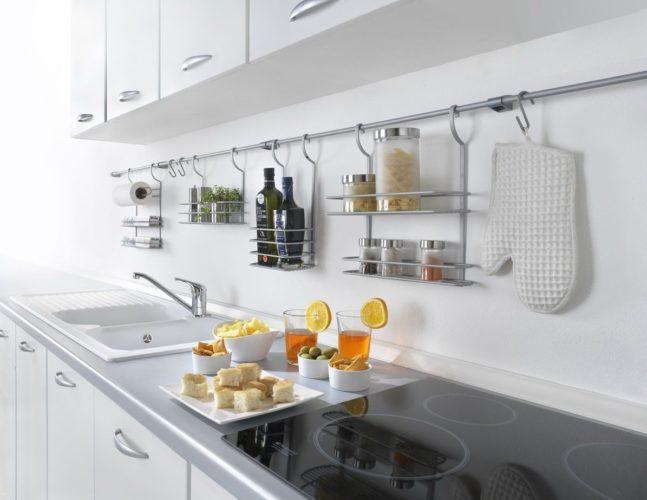 Подвесные полки и крючки на кухне