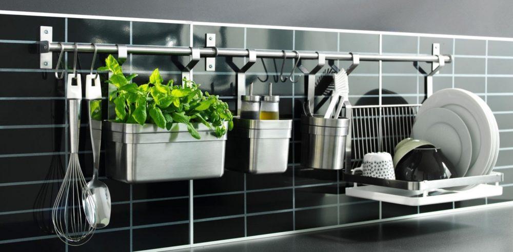 Идея хранения посуды и приправ на кухне