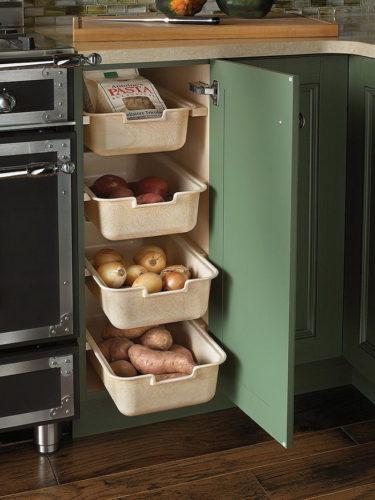 Размещение выдвижных ящиков для овощей на кухне