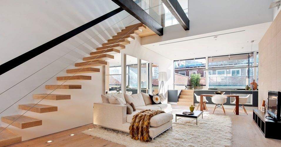 Дом с лестницей на второй этаж