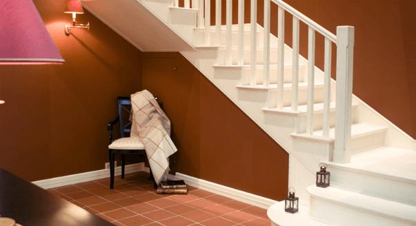 Лестница на второй этаж белого цвета