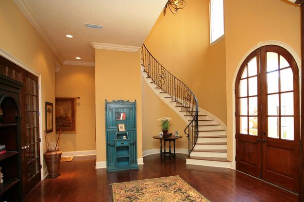 Небольшой холл в доме с лестницей на второй этаж