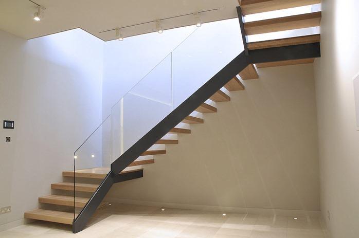 Лестница на второй этаж из металла, стекла и дерева