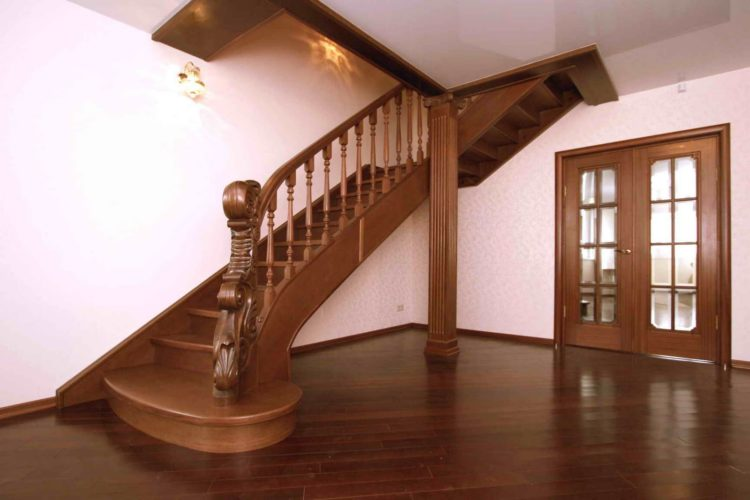 Деревянная лестница в холле дома