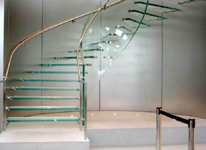 Винтовая лестница на второй этаж из металла и стекла