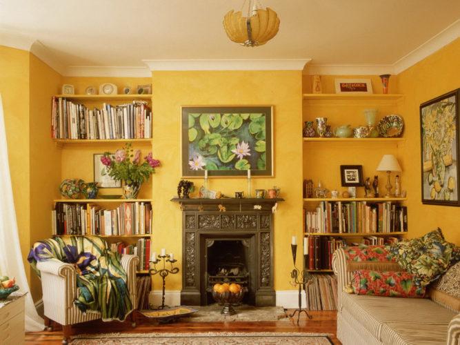 Небольша гостиная в желтых тонах с камином