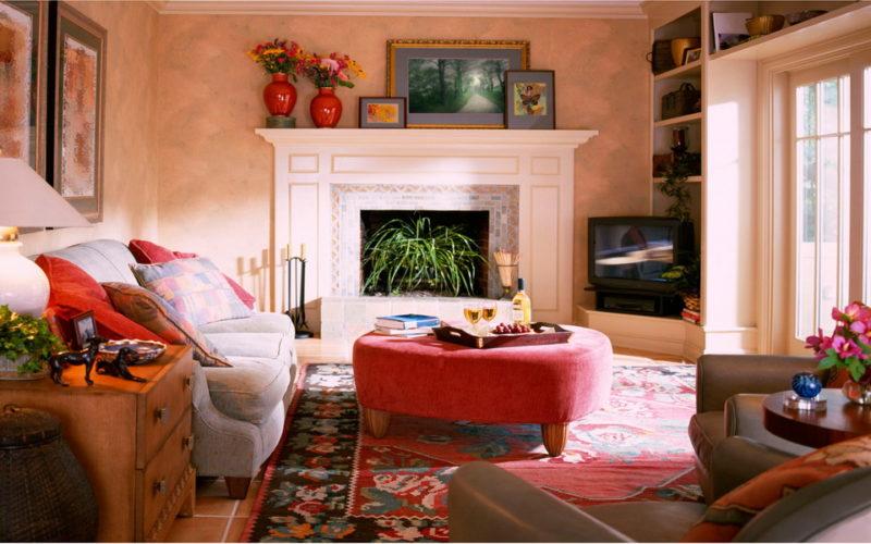 Небольшая уютная гостиная с камином