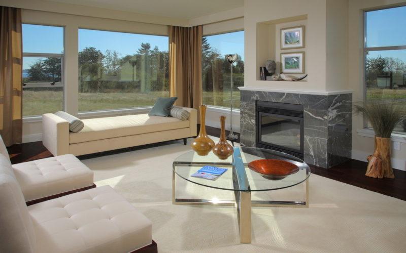Гостиная с панорамными окнами и камином