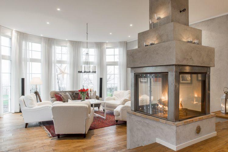 Большой камин в просторной гостиной с панорамными окнами
