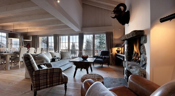 Большая гостиная в доме с камином