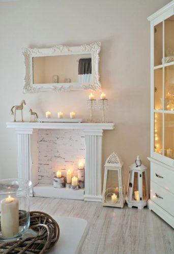 Фальш-камин в дизайне белой гостиной