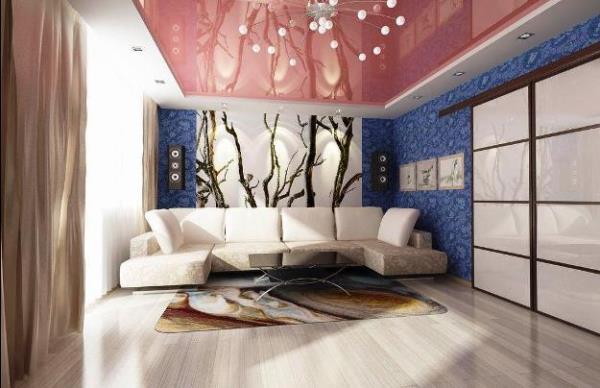 Дизайн гостиной с комбинированием синих и белых обоев