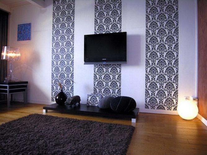 Комбинирование белых обоев с тёмным рисунком в гостиной