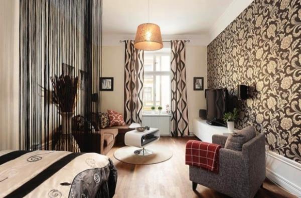 Дизайн спальни-гостиной с комбинированными обоями