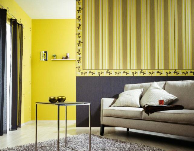 Комбинирование обоев желтого цвета в гостиной