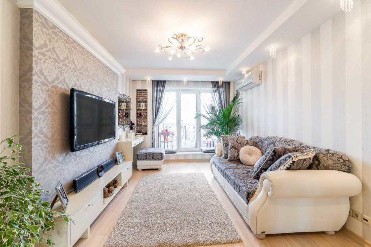 Дизайн длинной светлой гостиной с комбинированными обоями