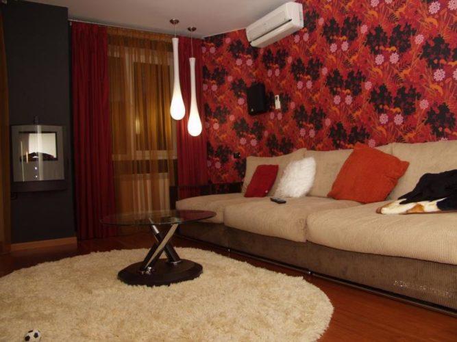 Комбинирование красных обоев с крупным рисунком в гостиной