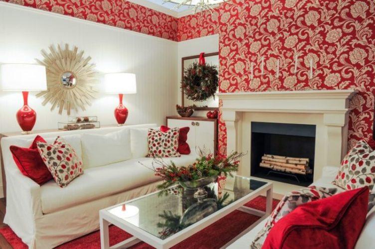 Интерьер небольшой гостиной в красных тонах с комбинированными обоями