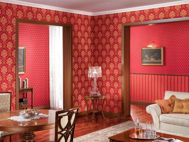 Гостиная красного цвета с комбинированными обоями