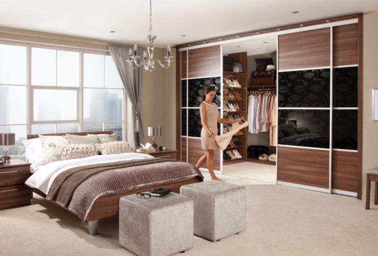 Большая гардеробная в спальне