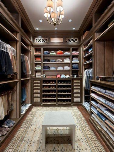 Интерьер большой гардеробной в классическом стиле