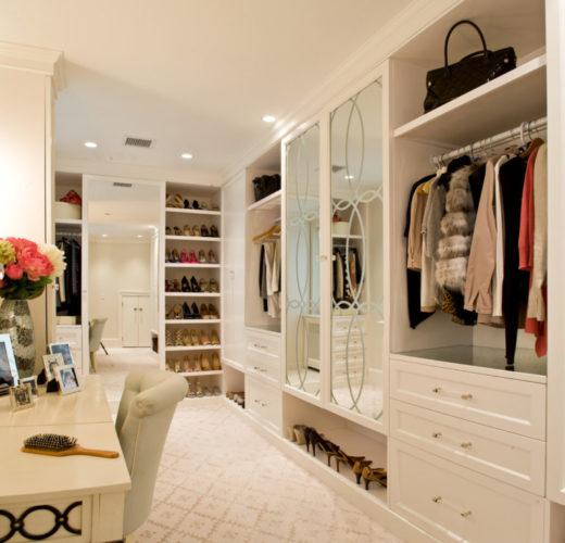 Большая гардеробная белого цвета с зеркалом