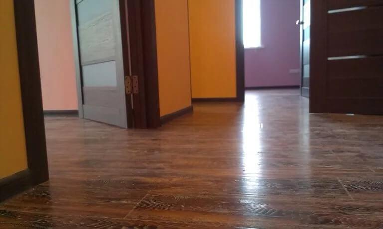 Ламинат на полу в прихожей