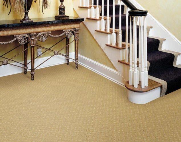 Ковролин на полу в холле с лестницей