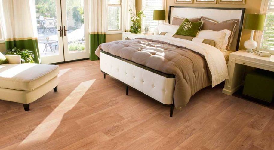 Ламинат на полу в спальне