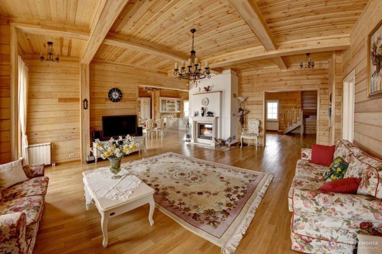 Дизайн просторной гостиной в деревянном доме