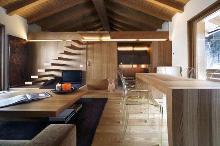 Гостиная-столовая в деревянном доме