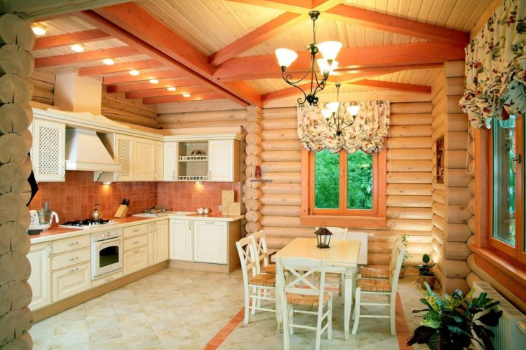 Дизайн кухни-столовой в деревянном доме