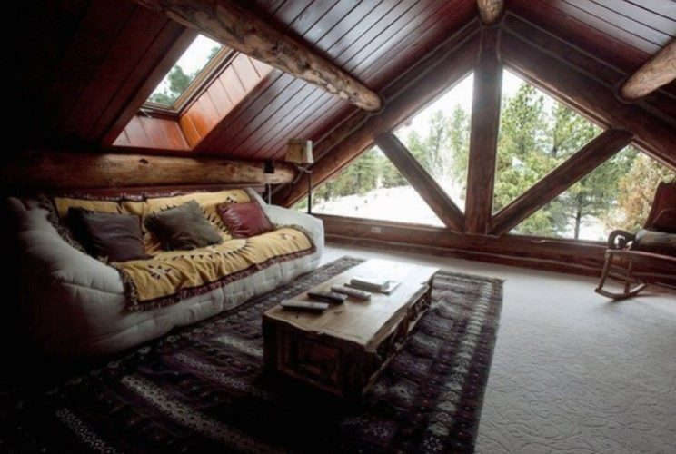 Комната-гостиная на чердаке