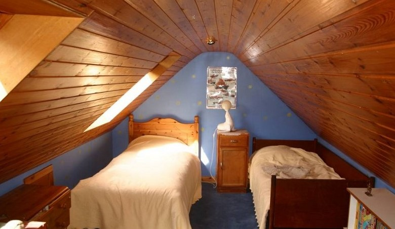 Комната с кроватью на чердаке