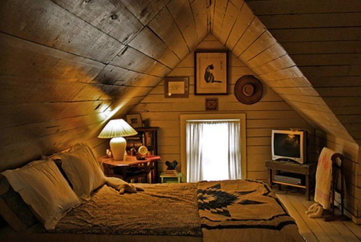 Кровать на чердаке