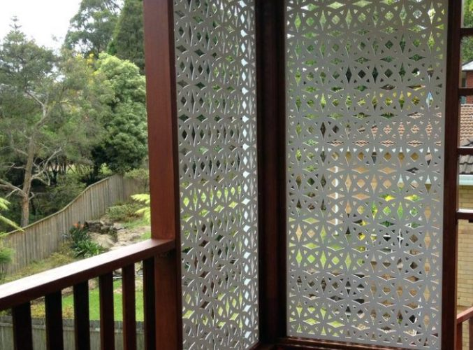Декоративная перегородка на балконе