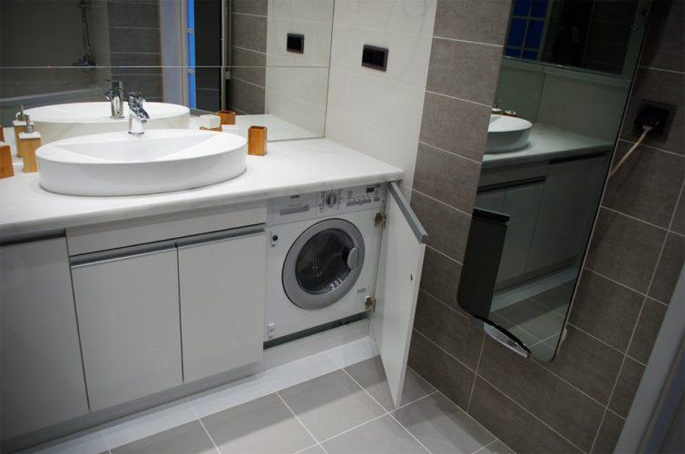 Большая ванная комната со встроенной стиральной машиной
