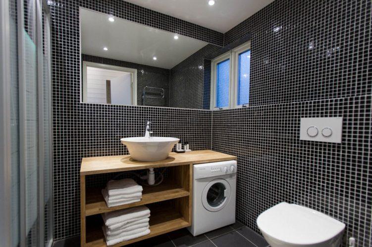 Ванная комната с тумбой под раковину и стиральную машину