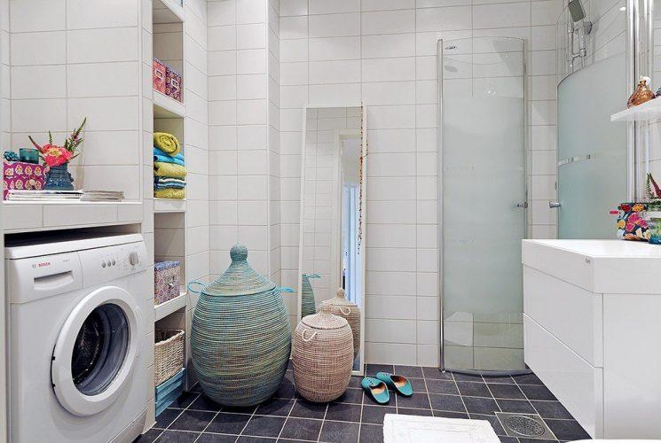 Просторная ванная в белых тонах со стиральной машиной, шкафом и раковиной
