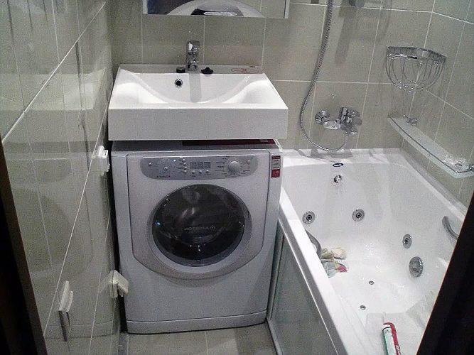 Компактная ванная комната со стиральной машиной