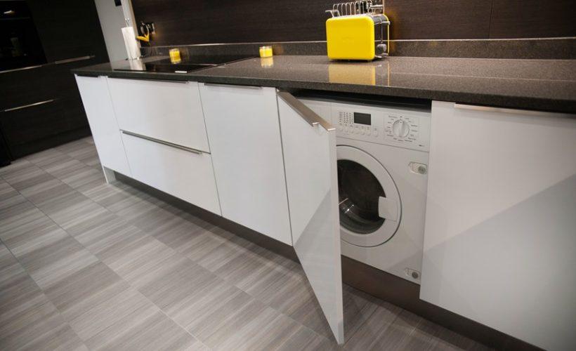 Размещение встроенной стиральной машины в шкафу на кухне