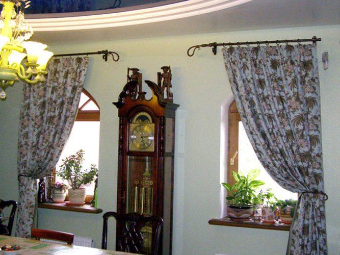 Окна в дачном доме со шторами