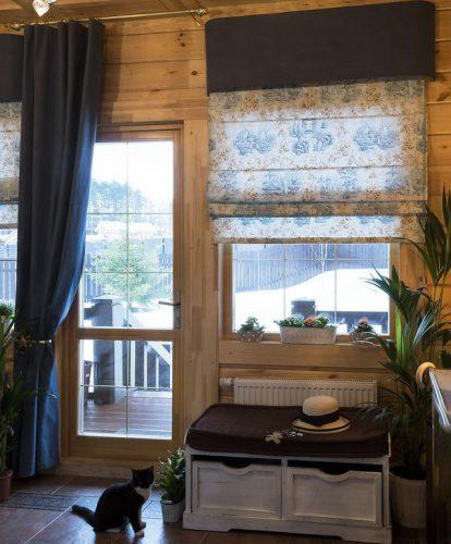 Римская штора на окне дачного дома