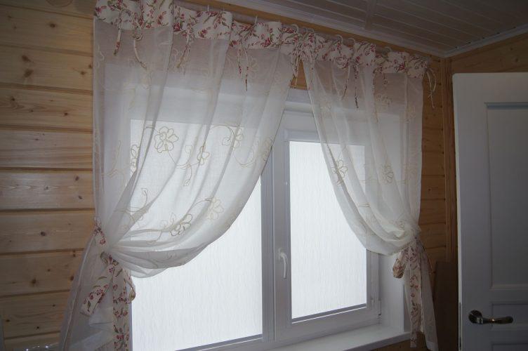 Белые шторы на окне дачного дома