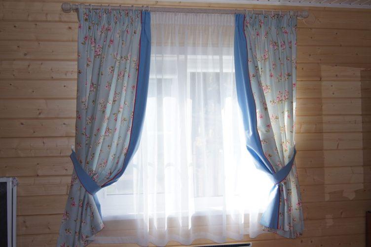 Окно дачи со шторами