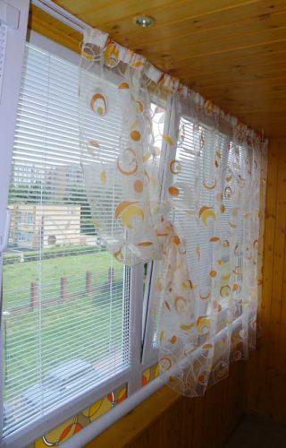Жалюзи и тюль на окне дачного дома