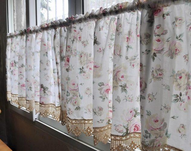 Занавески на окне дачного дома
