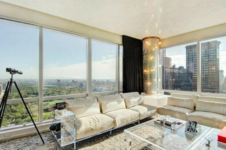Дизайн просторной гостиной с панорамными окнами